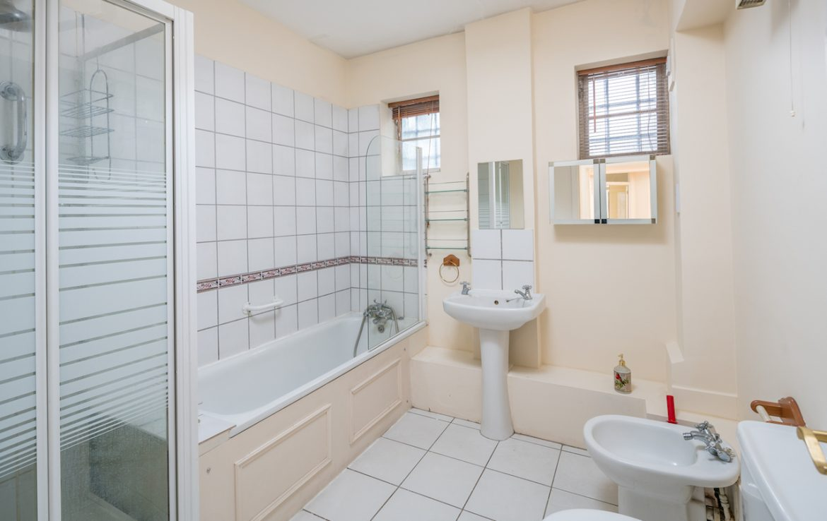 ensuite-double-room-lower-ground-bathroom