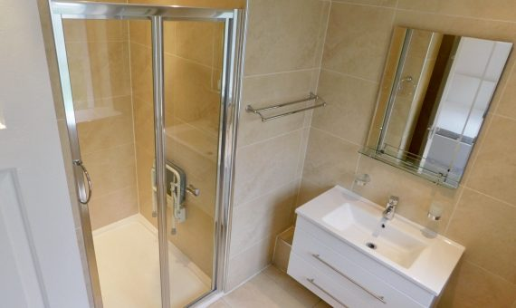 109-clive-court-ensuite-double-room-second-right-bathroom